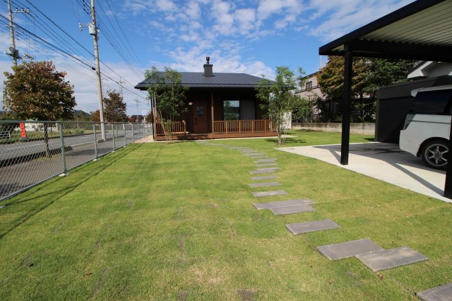 芝と枕木アプローチ